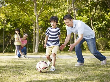 Cho trẻ ra ngoài chơi, tăng cường hoạt động thể chất cũng như tinh thần