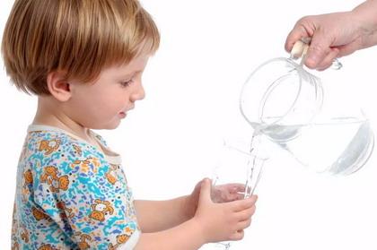 Cho trẻ uống nước thế nào là đủ