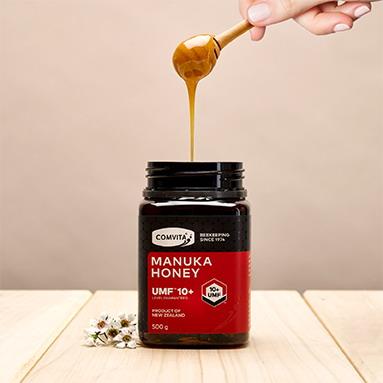 Mật Manuka có dạng kem, màu vàng sánh ngả nâu, mật đặc quánh