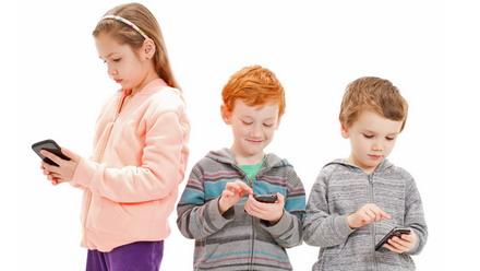 Trẻ chỉ chăm chú vào điện thoại, không chú ý giao tiếp xung quanh